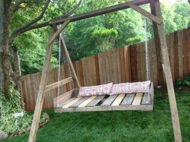 Outdoor pallet swing for two